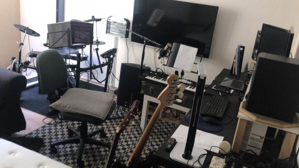 מעוניין לעבוד עם מוסיקאי מפיק משותף פסנתרן על שירים לאלבום מקורי